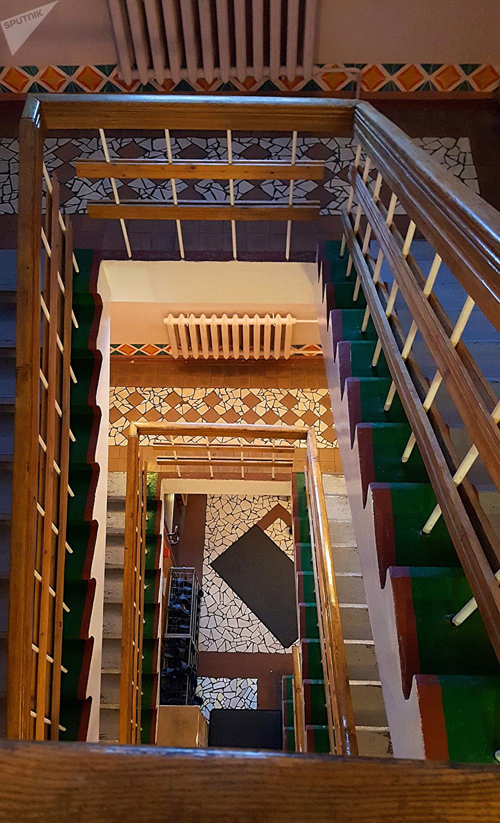 Escaleras del hotel del pueblo Piramida en el archipiélago de Svalbard