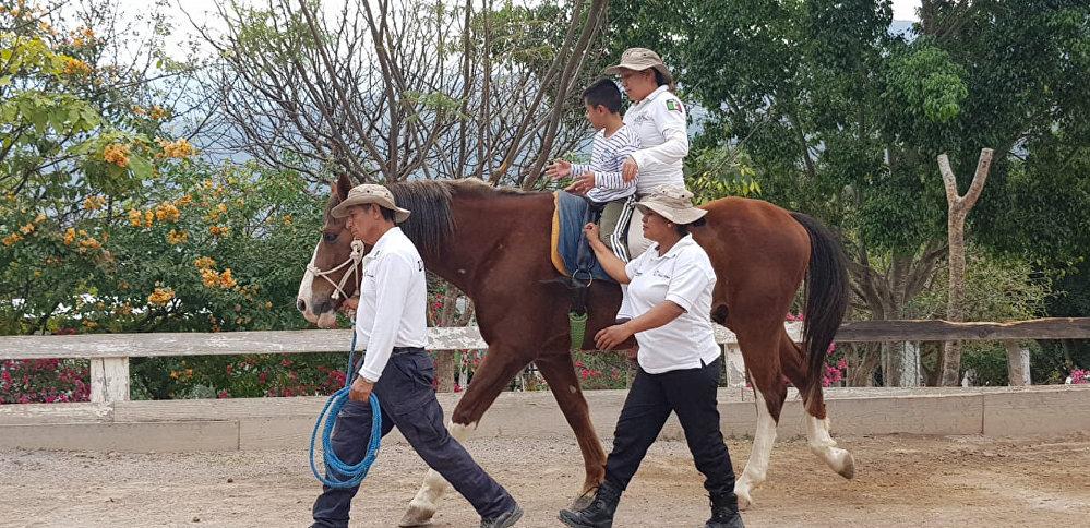 En Chilpancingo (México), la Policía Montada brinda una alternativa en la rehabilitación para personas con discapacidad