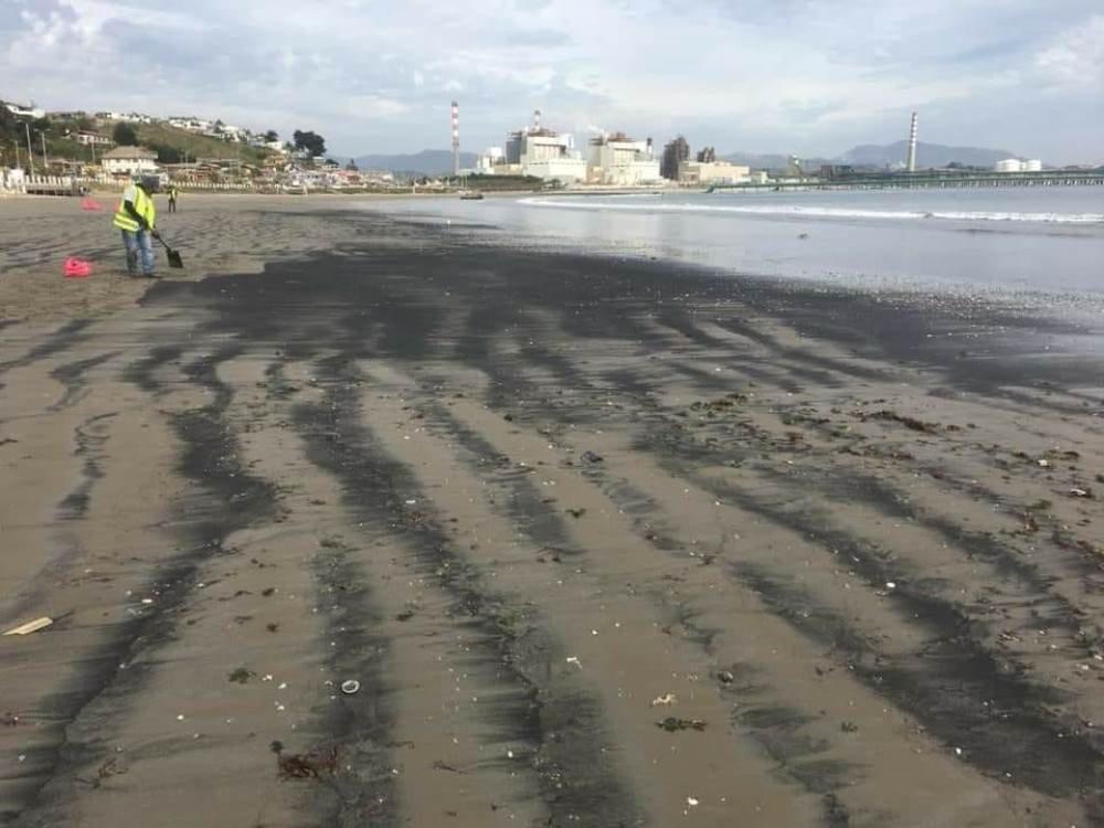 Varamientos de carbón en la playa de Ventanas, Puchuncaví, Chile