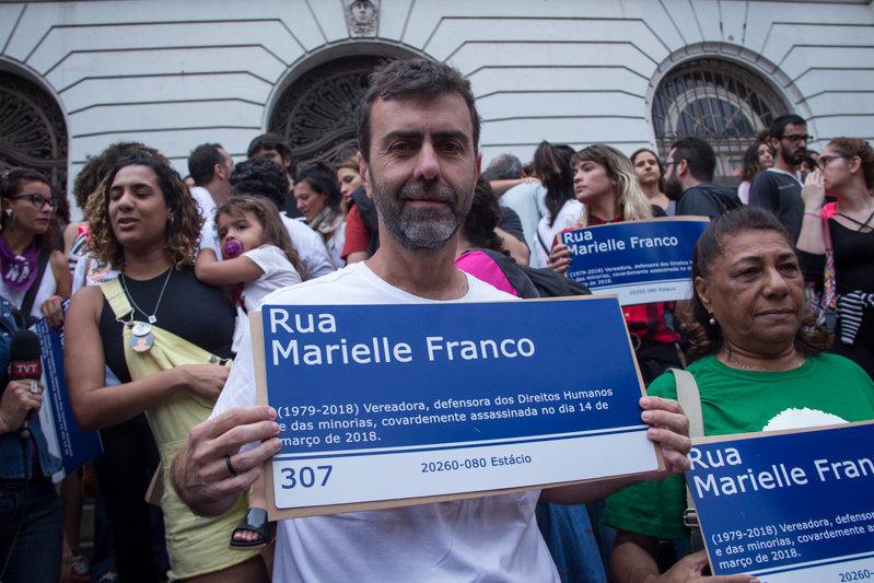 Marcelo Freixo, diputado federal electo por Río de Janeiro, con un cartel en homenaje a la concejal Marielle Franco