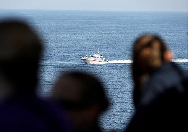 Soldados de la Armada de EEUU a bordo del portaviones USS John C. Stennis vigilan mientras un bote patrullero de la Guardia Revolucionaria Iraní se dirige al golfo Pérsico a través del estrecho de Ormuz, el 21 de diciembre de 2018