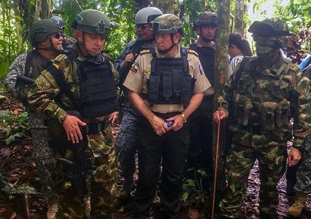 El comandante de las Fuerzas Militares de Colombia, Alberto José Mejía (izda.) y el general ecuatoriano Ramiro Mantilla (centro)