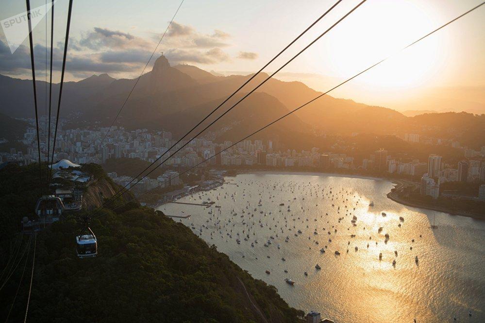 El teleférico que lleva al mirador en el morro Pan de Azúcar en Río de Janeiro