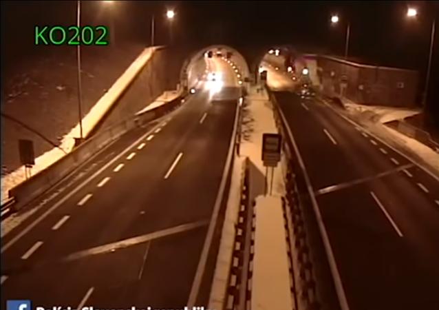 Un conductor sobrevive al 'salto mortal' de su BMW
