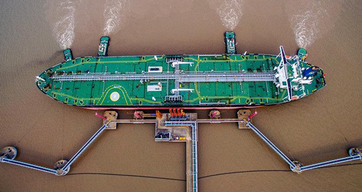 Un petrolero descarga crudo en una terminal en Zhoushan (China)