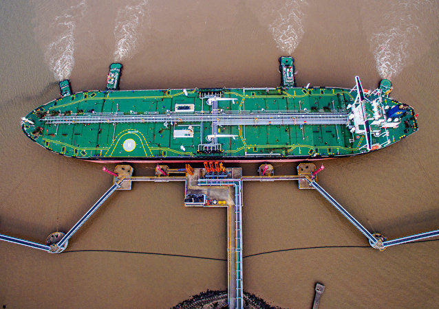 Un petrolero descarga crudo en una terminal en Zhoushan (China)