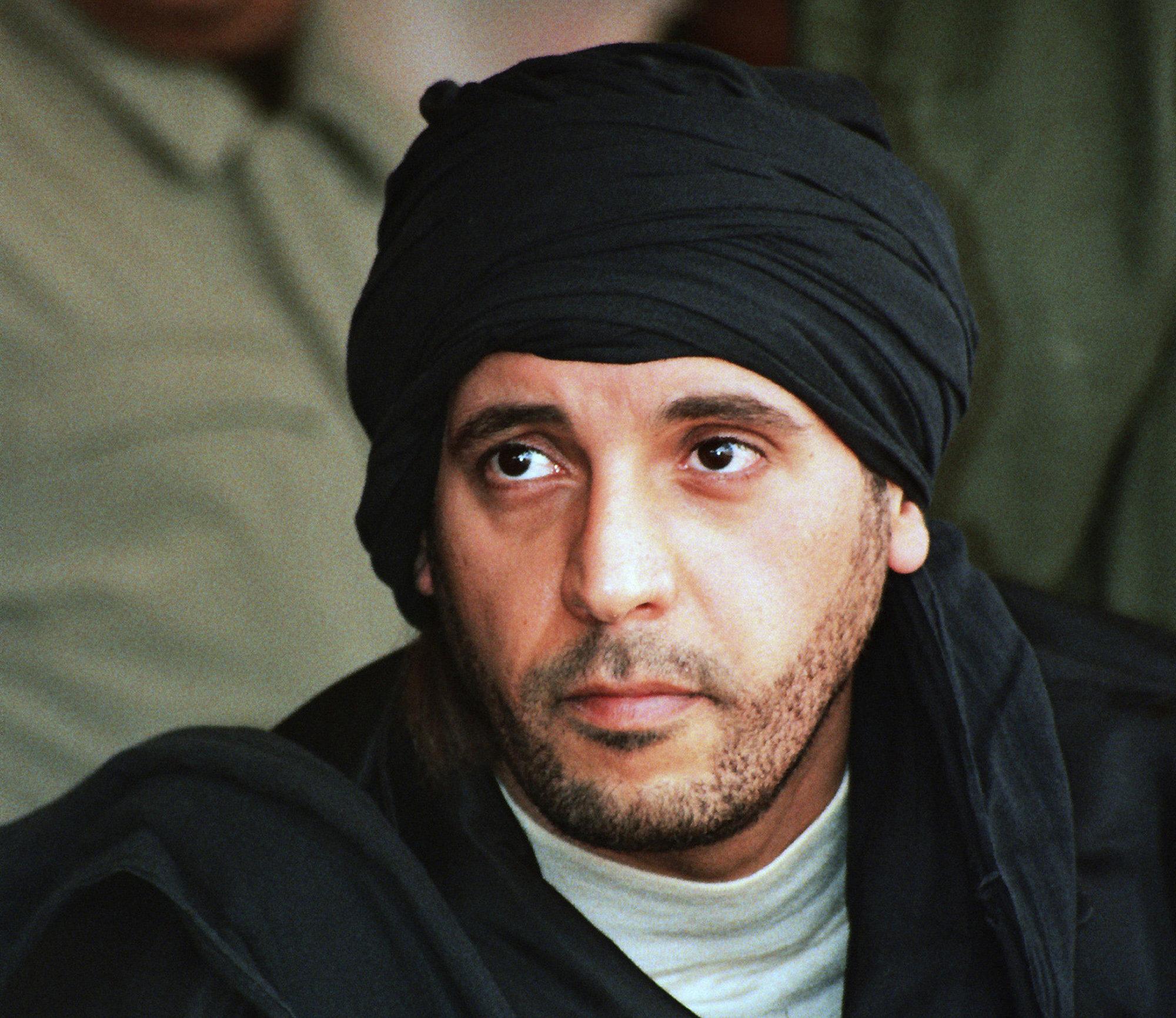 Hanibal Gadafi, el quinto hijo del ex líder libio Muamar Gadafi, observa unos ejercicios militares que tuvieron lugar en Zlitan.