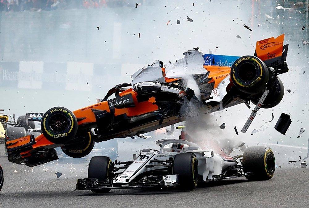 El coche de McLaren, pilotado por Fernando Alonso, fue golpeado por detrás por el alemán de Renault, Niko Hulkenberg, el 26 de agosto, afectando al Sauber del monegasco Charles Leclerc. El español quedó así fuera del Gran Premio de Bélgica en su última temporada en la Fórmula 1.