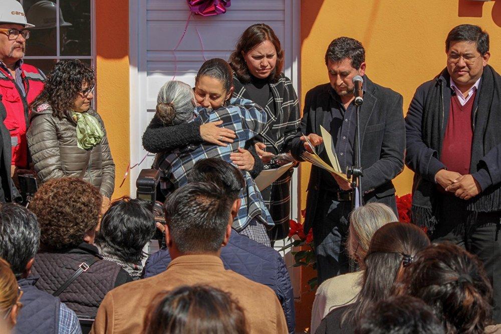 En víspera de la Navidad, la jefa de Gobierno de la Ciudad de México, Claudia Sheinbaum, presidió la entrega de 10 viviendas a las familias afectadas por el sismo del 19 de septiembre de 2017.