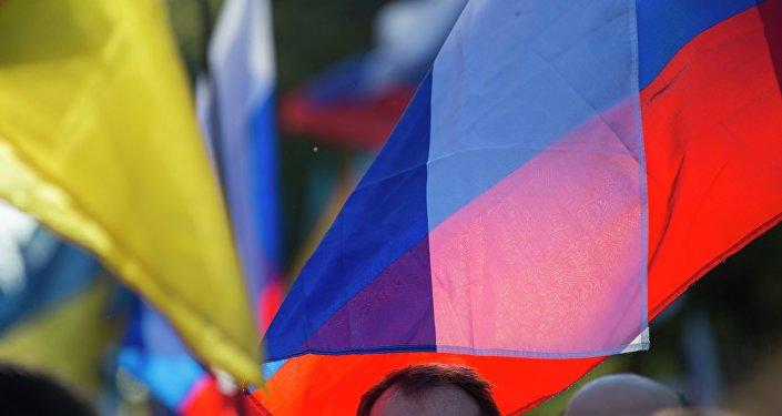 Las banderas de Ucrania y Rusia
