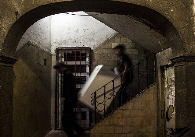 Cargadores desalojan un departamento en el edificio de Zapata #68