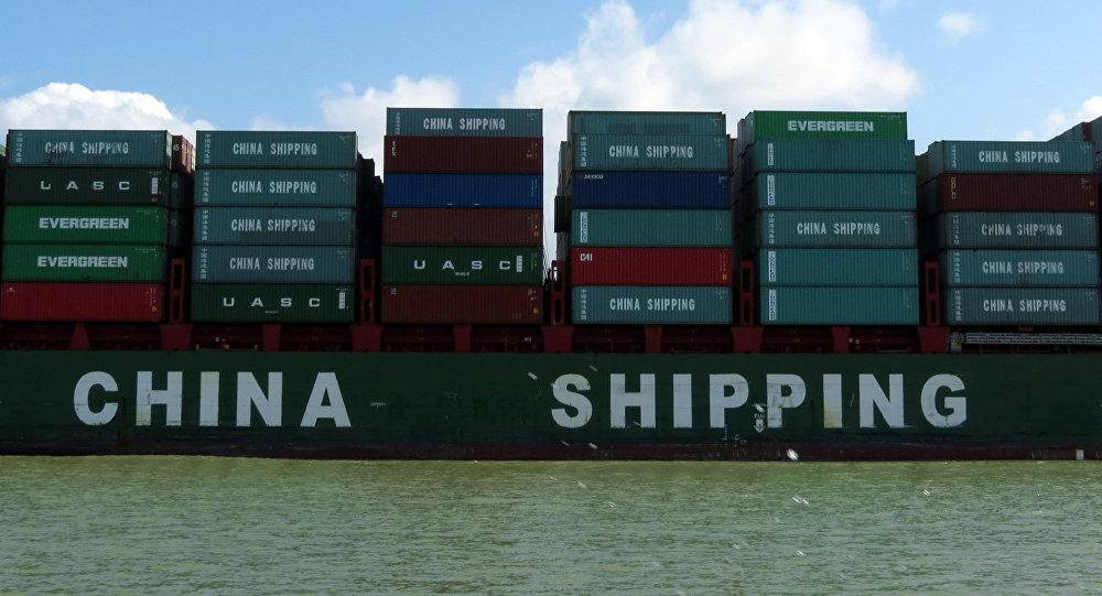 Los contenedores con los productos chinos, pasando por el Canal de Panamá