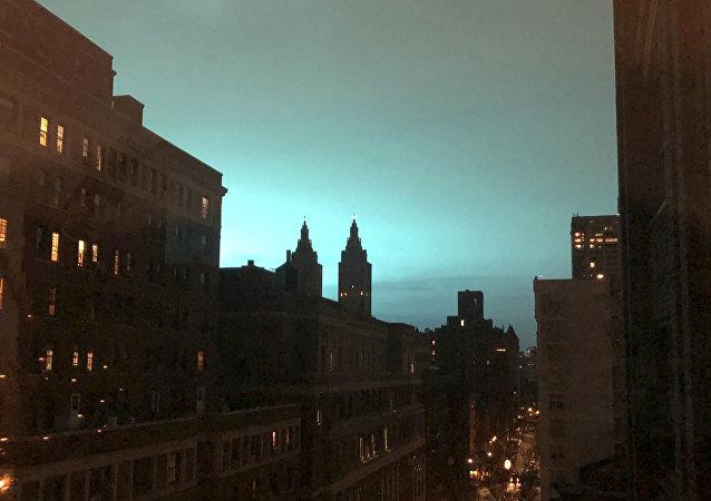 Cielo ilumunado tras una explosión de transformador en Nueva York
