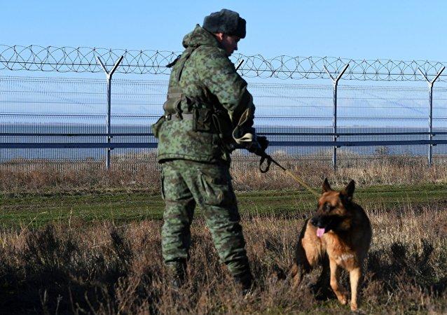 La valla instalada en la frontera entre Crimea y Ucrania