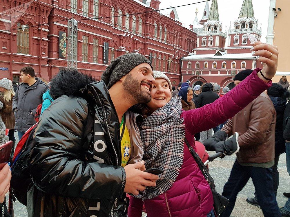 Una joven rusa se hace una selfi con Tomer Savoia en la Plaza Roja el 27 de diciembre de 2018