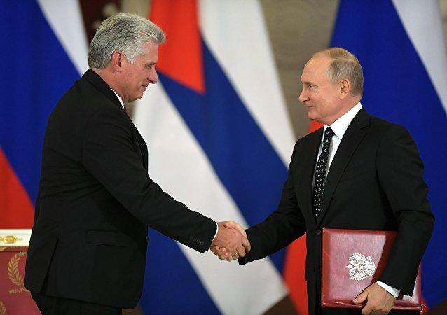 El presidente cubano, Miguel Díaz-Canel Bermúdez, y el presidente de Rusia, Vladímir Putin (archivo)