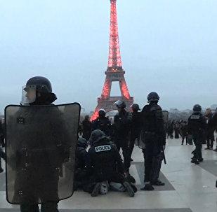 Con fuego y pirotecnia, las protestas de los 'chalecos amarillos' siguen en marcha en Francia