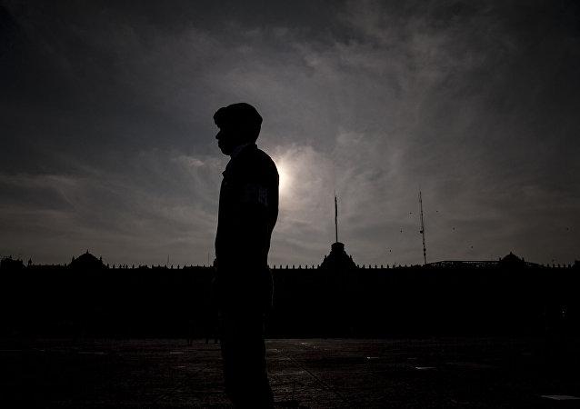 Un elemento de las Fuerzas Armadas frente al Palacio Nacional, en Ciudad de México. El uso del Ejército para tareas de policía recibió críticas de las diferentes organizaciones de derechos humanos.