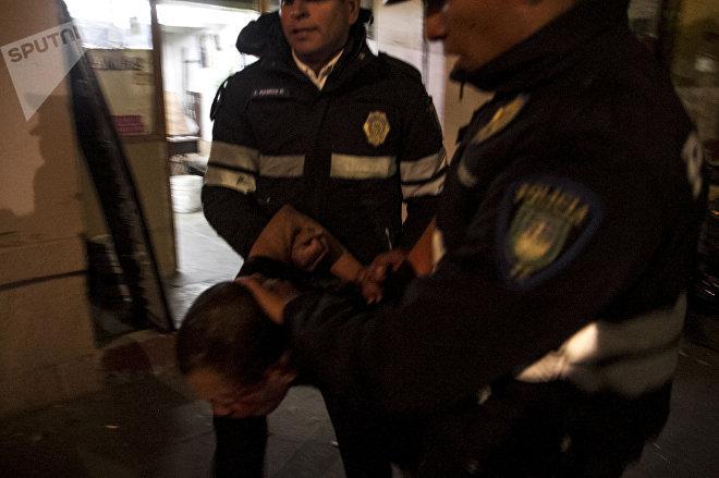 Un hombre es detenido con uso de fuerza policial en Ciudad de México