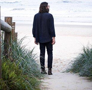 Un hombre en una playa, imagen referencial