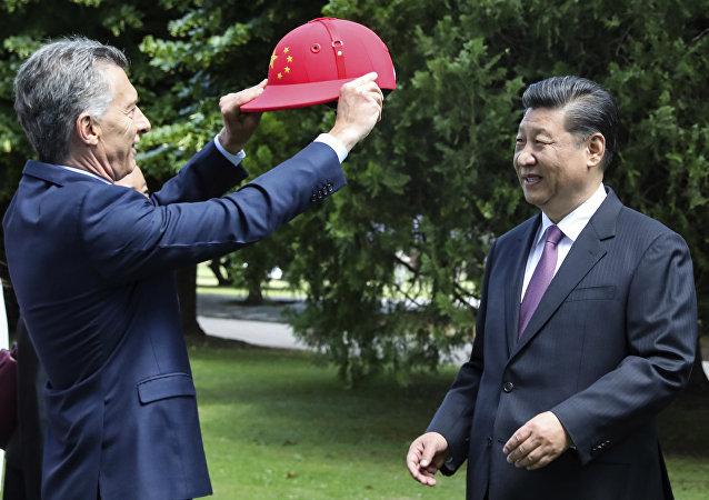 Mauricio Macri, presidente de Argentina, regala a s homólogo Chino, Xi Jinping, un casco de polo en Buenos Aires, el 2 de diciembre de 2018
