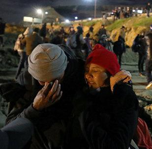 Migrantes afectados de gas lacrimógeno