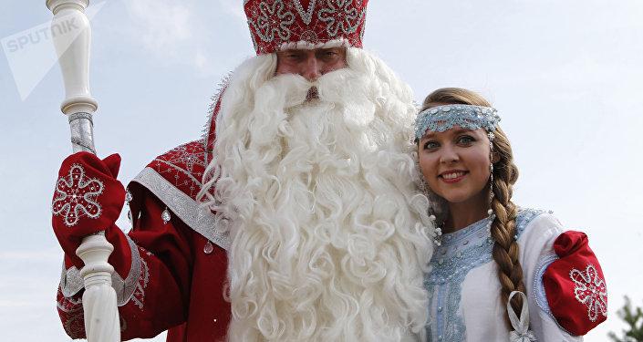 Personajes folclóricos rusos Ded Moroz (Abuelo Frío) y Snegúrochka (Nievecillas o Doncella de las nieves)