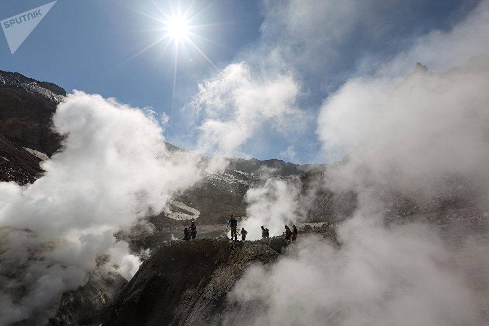 Turistas en el cráter de un volcán de Kamchatka