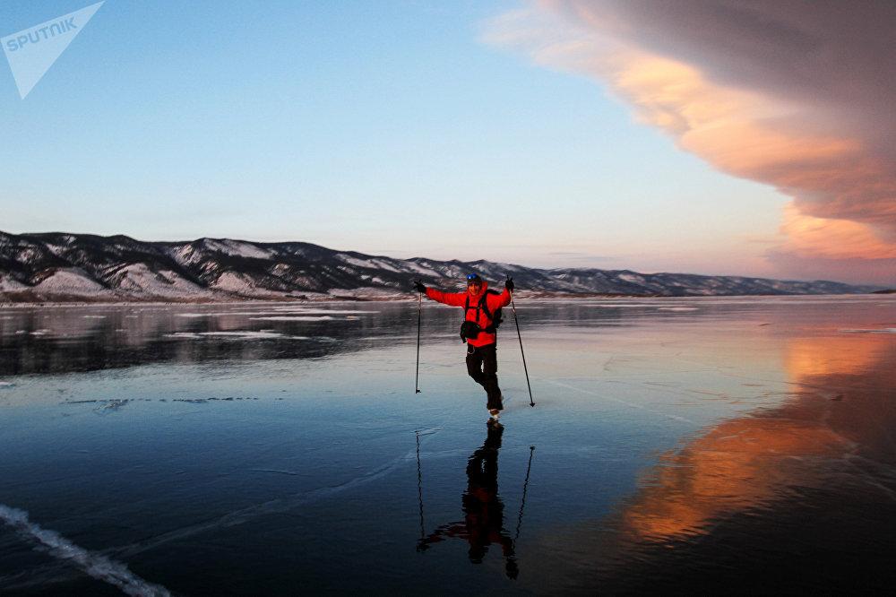 Una persona patinando en el lago Baikal