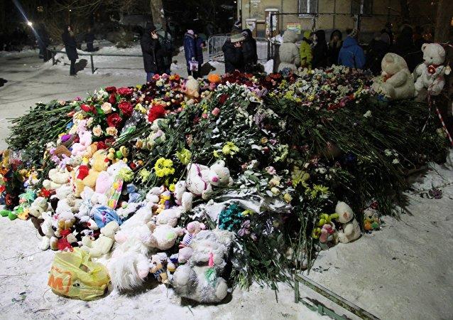 Las fllores en memoria de fallecidos en Magnitogorsk