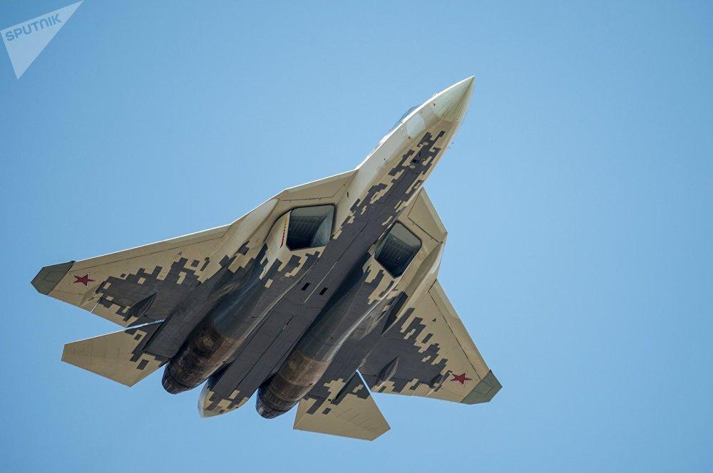 El caza ruso de quinta generación Su-57 de color gris
