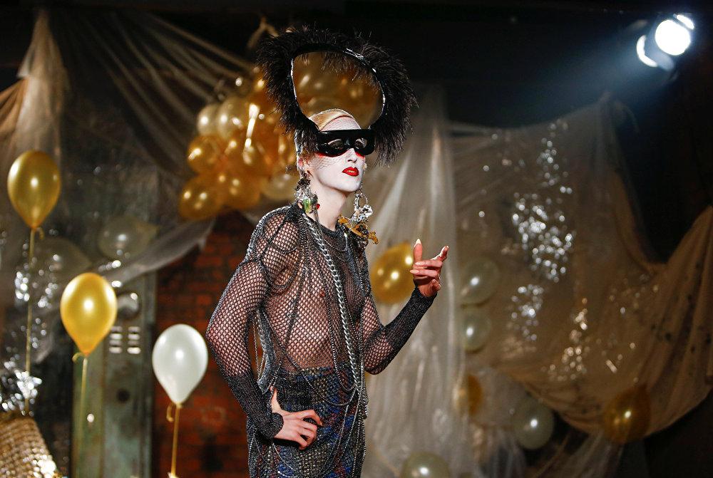 Un modelo durante la presentación de la nueva colección para hombres durante la Semana de la Moda en Londres