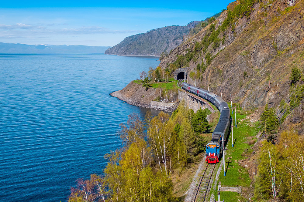 El tren Transiberiano en verano, lago Baikal