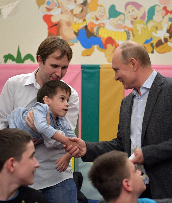 El presidente de Rusia, Vladímir Putin, visita un hospital infantil oncológico