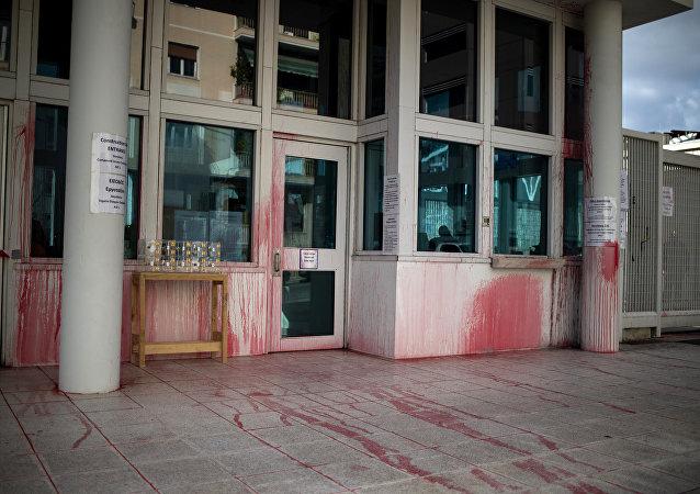 Embajada de EEUU en Atenas, atacada con botellas llenas de pintura