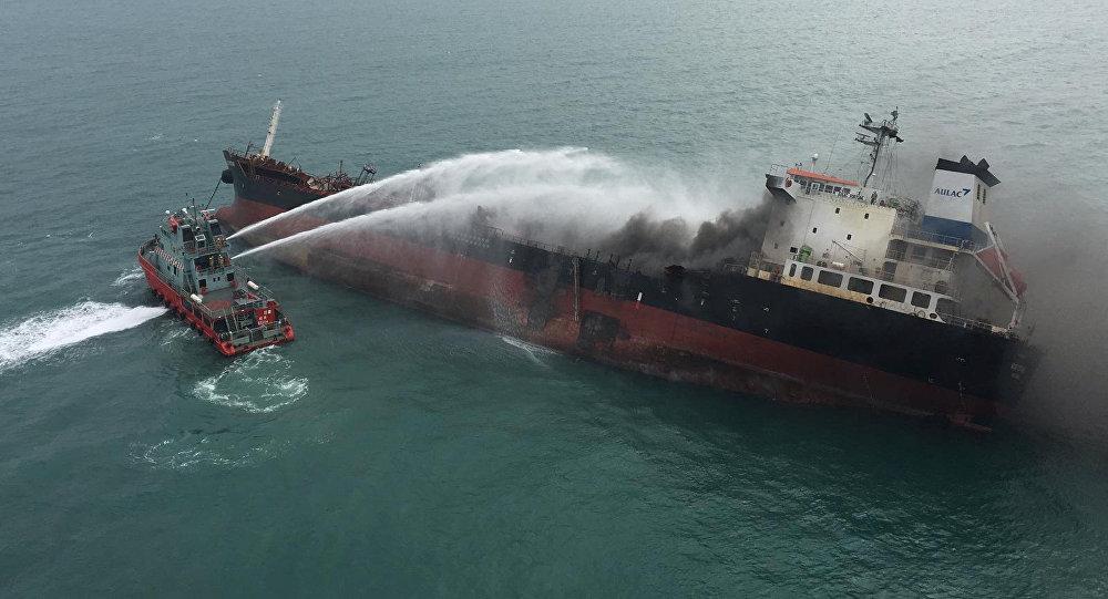 El barco petrolero que se incendió cerca de las costas de Hong Kong