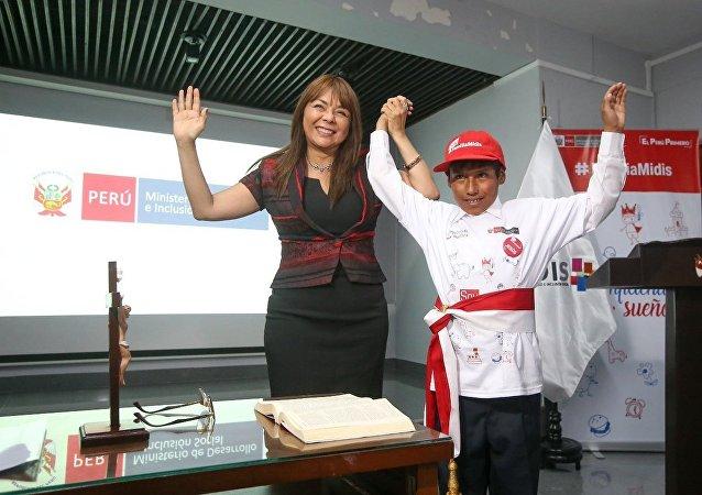 Liliana La Rosa Huertas, ministra de Desarrollo e Inclusión Social de Perú, y Jesús Mamani Ramos, niño que se juramentó como ministro por un día el 8 de enero de 2018