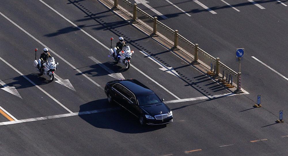 Un vehículo que forma parte de una caravana que se cree que transporta al líder norcoreano, Kim Jong-un, atraviesa el centro de Pekín, China.
