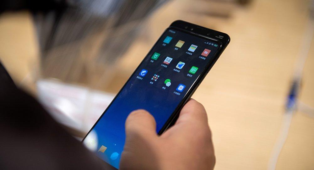 Un hombre con un teléfono de Xiaomi en Pekín