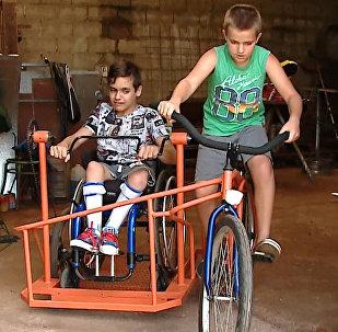 Un sueño hecho realidad: un niño argentino con discapacidad podrá 'pasear' en bicicleta