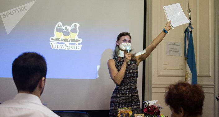 Tamara Yevtushenko muestra el convenio
