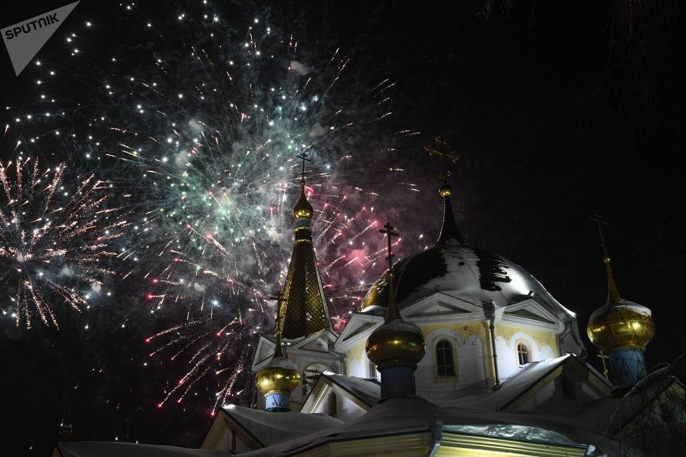 Fuegos artificiales con motivo de la Navidad ortodoxa
