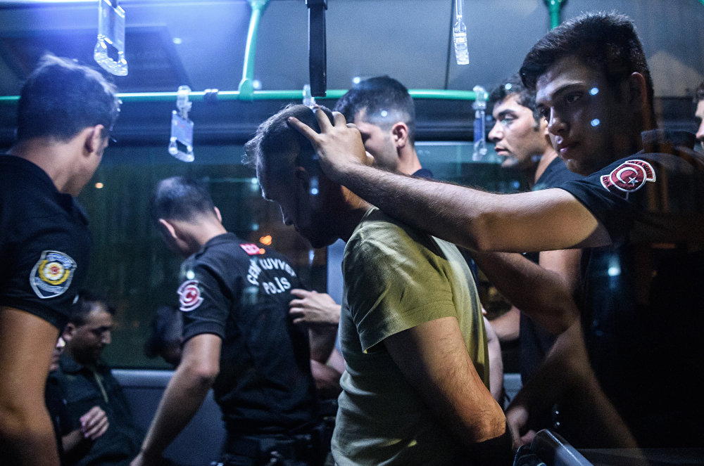Policías antidisturbios detienen a un militar tras el fallido golpe de Estado en Turquía del 15 de julio de 2016
