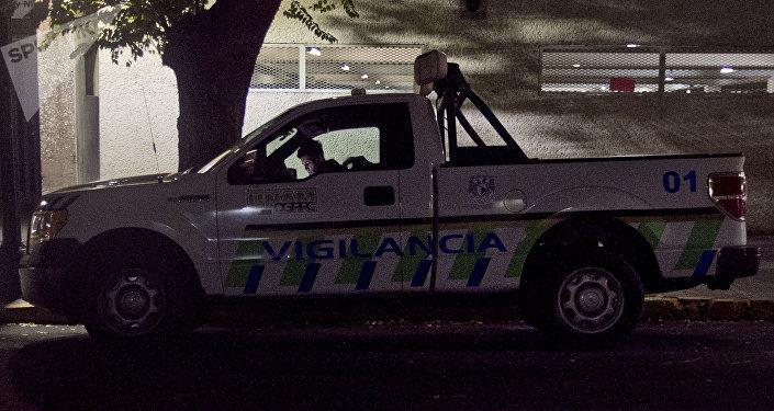 Elementos de vigilancia de la UNAM en la patrulla 01 con placas 993-XKB que detuvo a los jóvenes