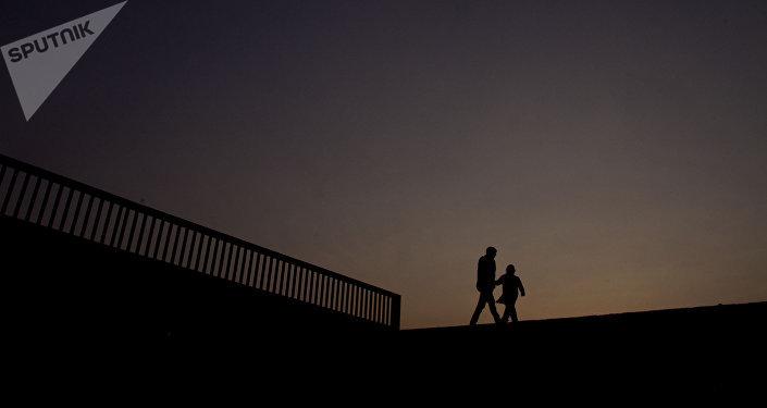 Dos estudiantes caminan en las instalaciones de la Universidad Nacional Autónoma de México