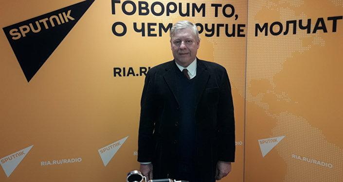 Alberto Hutschenreuter en los estudios de Radio Sputnik_1