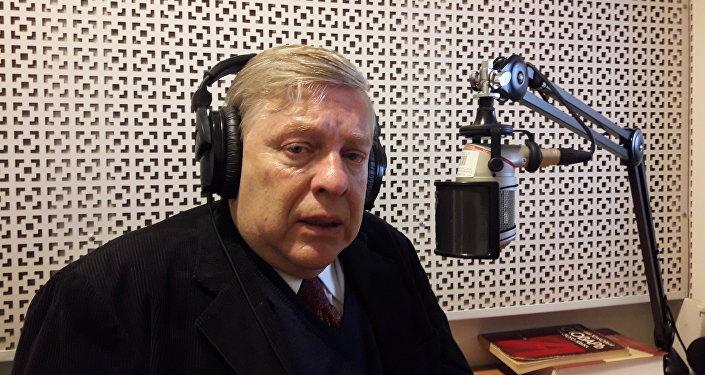 Alberto Hutschenreuter en los estudios de Radio Sputnik_2