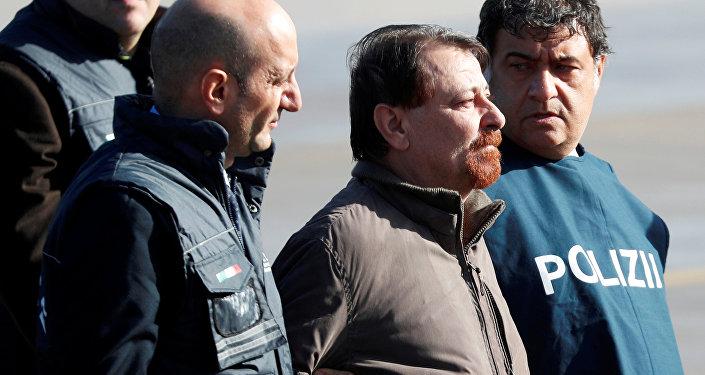 Cesare Battisti (centro), exguerrillero italiano