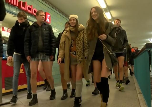 Сientos de personas sin pantalones invaden los metros de todo el mundo