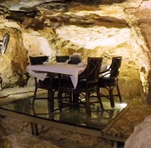'Condimentar con historia': conoce el restaurante jordano en una cueva de hace millones de años